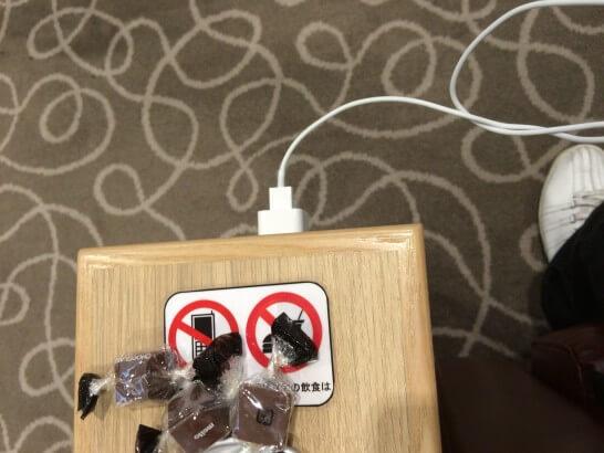 関西国際空港のラウンジの電源コンセント