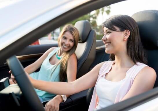 オープンカーでドライブする外国人女性